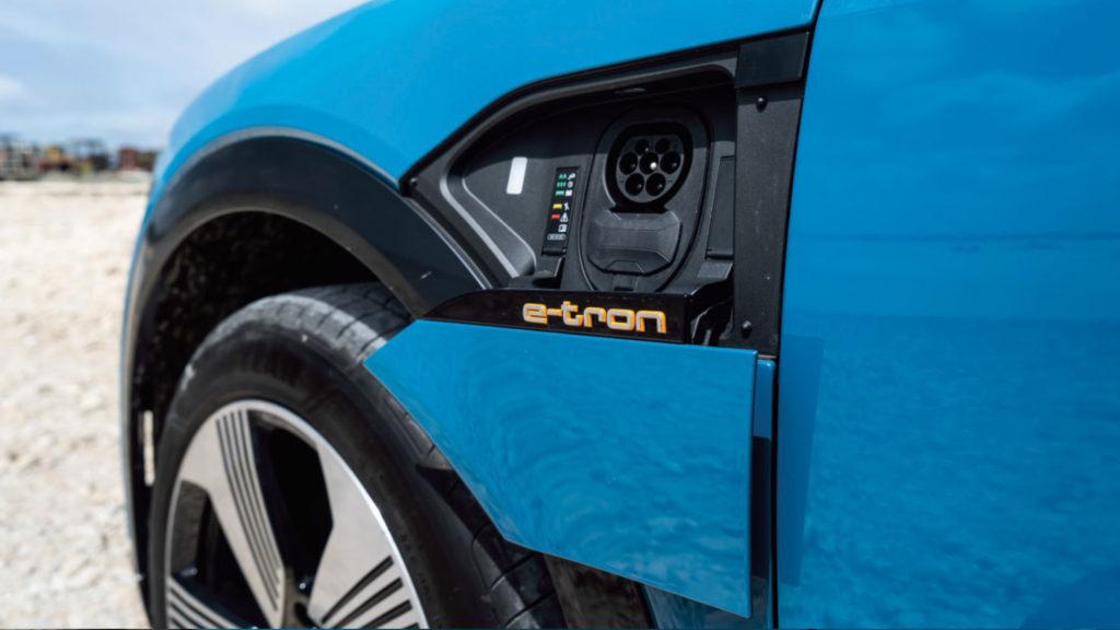 Audi e-tron quattro 55 accès à la pompe de recharge
